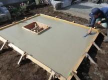 ⑤コンクリートを流しこんだら丁寧に平面を繰り返し調整