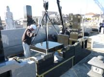 ③納骨室の天井も兼ねる石材の芝台設置は慎重な作業
