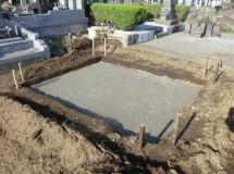 ①正確に位置を測量してから地盤を掘り、強固にします