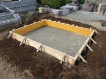 ②コンクリートのように固く整地したら型枠を組みます